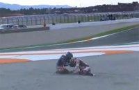 На этапе MotoGP в Валенсии неуправляемый мотоцикл на полной скорости сбил гонщика