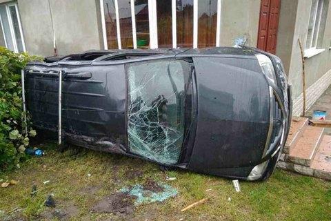 У Рівненській області машина вилетіла з траси Київ - Чоп і врізалася в будинок. Його господар заявив, що це вже 14-й випадок