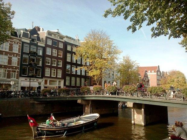 Можно прогуляться на катере, или посидеть на берегу канала