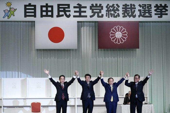 Слева-направо: бывший министр иностранных дел Фумио Кисида, премьер-министр Японии Синдзо Абэ, главный секретарь кабинета министров Ёсихидэ Суга и бывший министр обороны Сигэру Исиба празднуют избрание Суги новым главой правящей партии, Токио, 14 сентября 2020