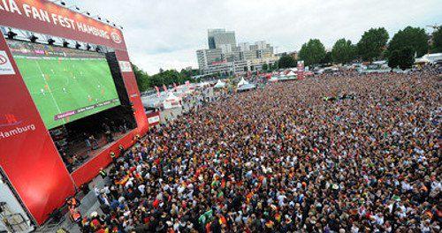 Німецькі вболівальники дивляться матч Німеччина - Голландія у Гамбургу