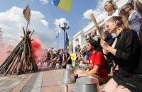 Під Радою зібрався мітинг проти законопроєкту Бужанського про освіту російською мовою