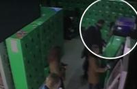 Вор на глазах у посетителей ТЦ вскрыл банкомат в Тернополе и забрал 452 тысячи гривен