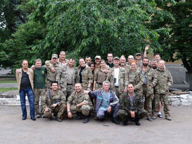 Георгій Теслюк з командою Першого добровольчого госпіталю ім. Миколи Пирогова в Попасній