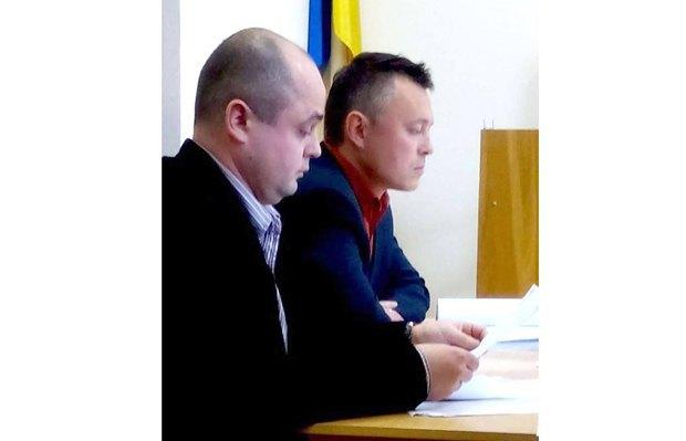 Анатолий Логвиненкое(левее на фото) в суде