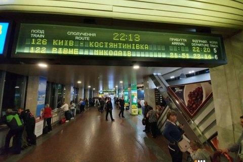 На железнодорожном вокзале в Киеве задымился локомотив поезда