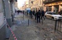 На вулиці Дорошенка у центрі Львова елемент фасаду будівлі впав на перехожого