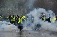 Полиция Парижа применила слезоточивый газ и водяные пушки к протестующим (обновлено)