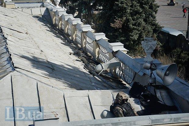 На крыше соседнего с Верховной Радой здания Мариинского дворца были замечены двое людей в камуфляже, один из которых осуществлял наблюдение в бинокль