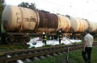 В Днепре из цистерны поезда вытекло 30 тонн бензина