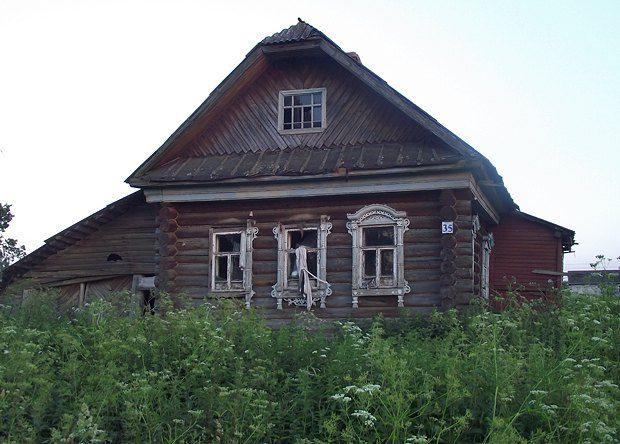 Крепко сбитый дом мог бы еще послужить людям, но стоит заброшенный. Таких в Пешково - не меньше половины
