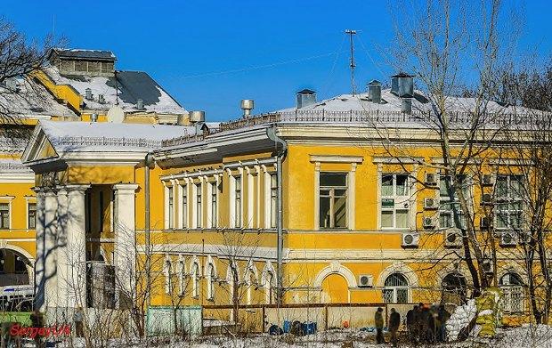 Будівля на Інститутьскій, 3. Фото часів Майдану, в правому кутку можна побачити барикади та протестувальників