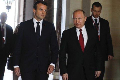 Макрон попередив Путіна про посилення санкцій проти РФ у разі ескалації на Донбасі