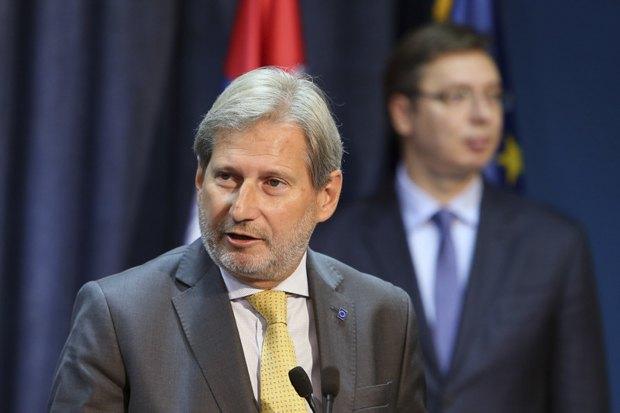 Йоханнес Хан во время пресс-конференции после встречи с Александром Вучичем, Белград