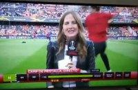 Журналистке, комментирующей в прямом эфире матч Лиги Европы, попали мячом точно в голову
