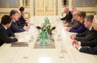 В плену у боевиков остается более 600 украинцев, - Порошенко