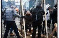 Активісти на Грушевського будують катапульту