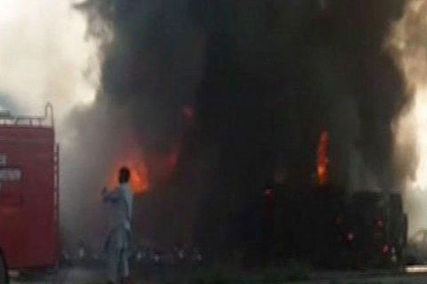 Из-за непотушенных сигарет: неменее 100 человек погибли при пожаре вПакистане