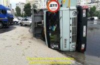 В Киеве на Троещине перевернулся КаМАЗ с песком