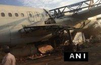 В индийском аэропорту во время перевозки разбили самолет