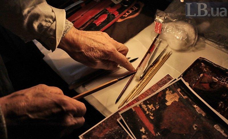 Основной инструмент реставратора - скальпель. Для различных работ и даже участков могут использоваться разные виды скальпелей.
