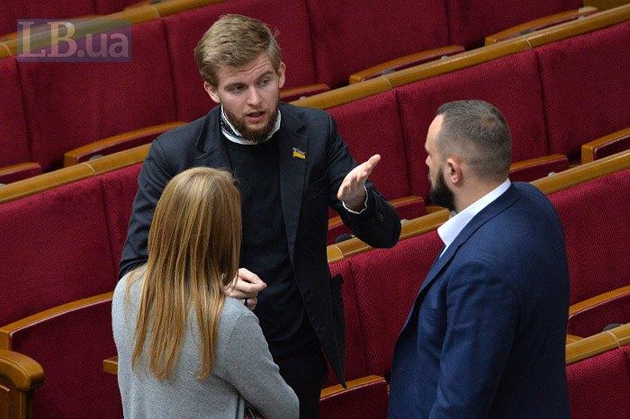 Cвятослав Юраш ( в центрі) в парламенті