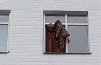 """Затриманий за пікет телеканалу """"НАШ"""" передумав стрибати з будівлі поліції (оновлено)"""