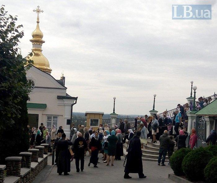 Сьогодні на території Лаври проживає близько 300 священиків та монахів. Працює готель для паломників та їдальня для нужденних