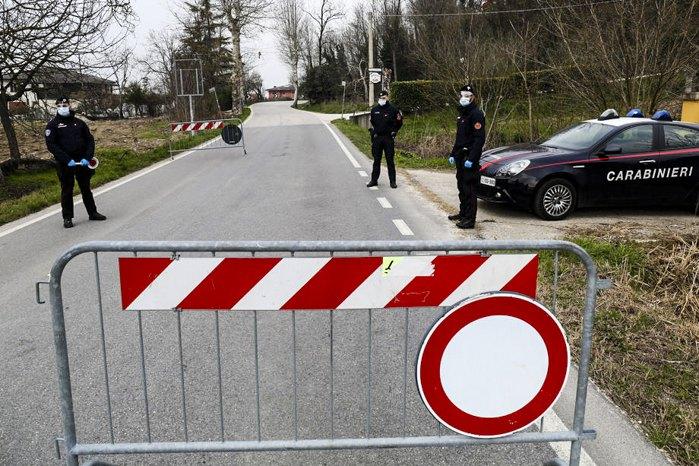 Італійська поліція контролює переміщення мешканців в Падуї, північна Італія.