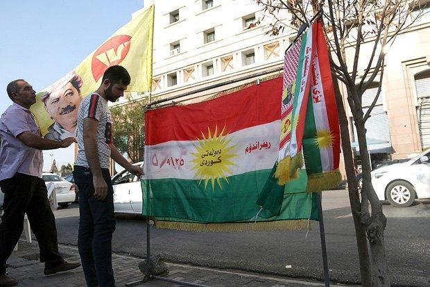 Курды с плакатами и флагами агитируют людей принять участие на предстоящем референдуме, город Эрбил, север Ирака, Курдистан, 05 сентября 2017.