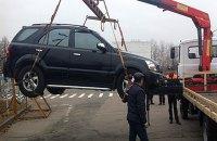 У Києві машину евакуювали разом з дітьми в салоні