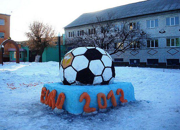 Снежная скульптура, приуроченная к ЕВРО-2012, которую слепили заключенные Качановской колонии