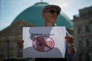 В Германии проходят митинги в защиту обрезания