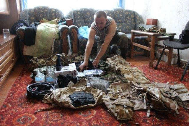 Волонтер «Крыльев Феникса» с купленной для бойцов аммуницией