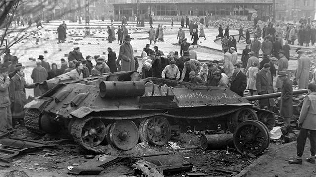 Уничтоженный советский Т-34-85 в Будапеште, 1956 год.