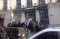 Полиция задержала 18 человек, взломавших дверь здания на Воздвиженке (обновлено)