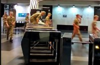 В Киеве около 20 курсантов перепрыгивали через турникеты метро, чтобы не платить за проезд