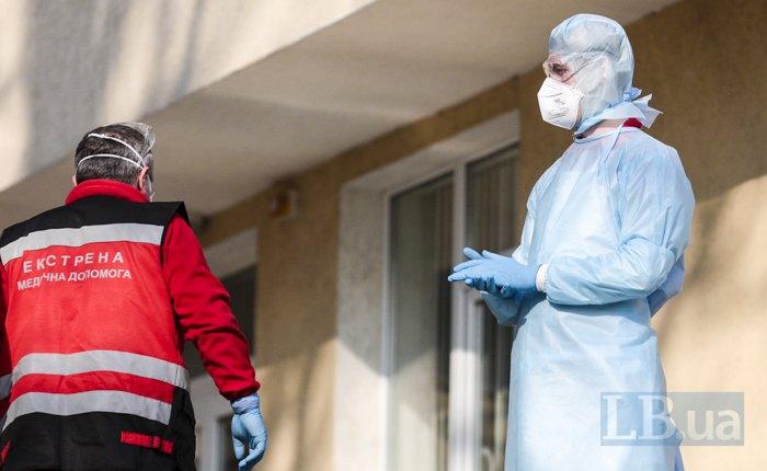 Медики перед прийомним відділенням інфекційного відділу Олександрівської лікарні