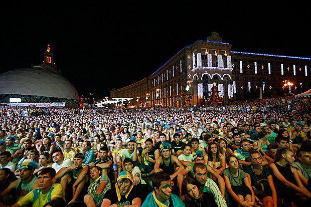 Українські фанати дивляться матч Україна-Англія у фан-зоні в Києві