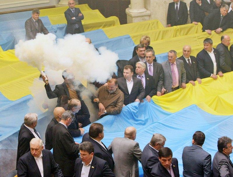 Парламентська опозиція під час голосування щодо ратифікації Харківських угод, Київ, 27 квітня 2010 року