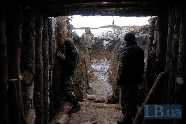Бійці-ї 24 бригади будують добре укріплений бліндаж на позиції біля Лисичанська
