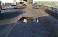 На мосту через Днепр в Запорожье под весом маршрутки образовалась дыра