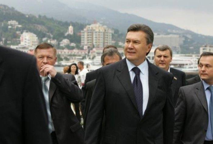 Віктор Янукович та Костянтин Кобзар (зліва)