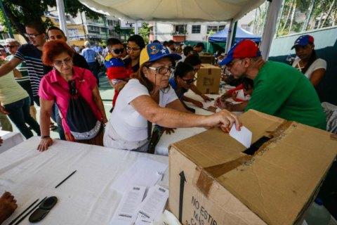 """В Венесуэле прошел """"незаконный"""" референдум относительно смены власти"""