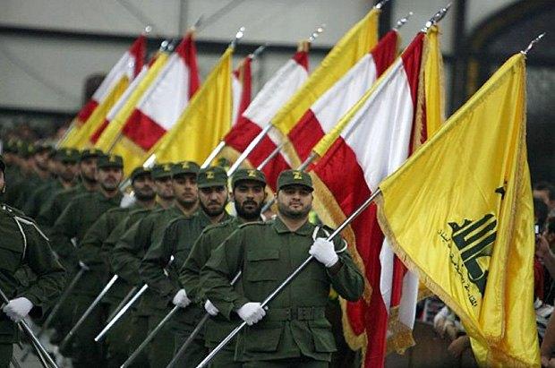 Бойцы ливанского шиитского движения Хезболла с флагами организации