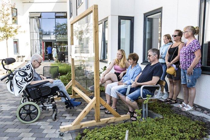 У будинку для догляду за літніми людьми в Нодінге дозволено відвідувати родичів, для них облаштовано спеціальний захист з урахуванням дотримання правил соціальної дистанції.