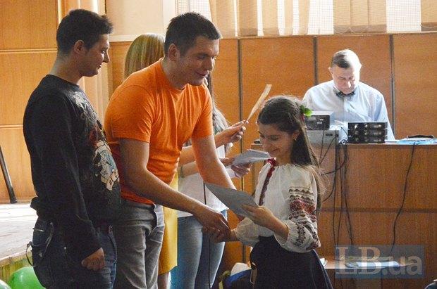 Вручать грамоты в номинации Волонтерская работа пригласили бойца Ваню и Виталия Дейнегу