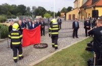 Президент Чехии на брифинге сжег красные трусы