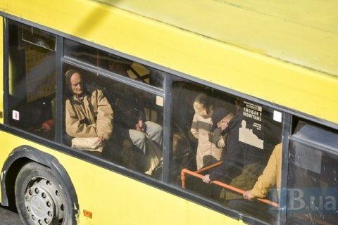 Мужчина разбил стекло в киевском троллейбусе за отказ взять его одиннадцатым пассажиром