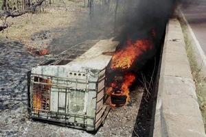 В Індії 50 людей згоріли в автобусі, що впав з моста